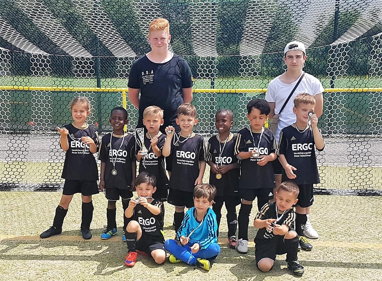 Bambinis freuen sich beim Turnier in Tsst-Neuhof über neue Trikots